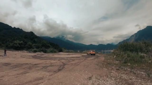 """【牙哥】驾探岳游山水之间,品美食翘脚牛肉。  探岳诞生于一汽-大众的SUV工厂——华北基地,将与奥迪SUV共线生产。采用了德国大众的康采恩框架技术,国内自动智能化程度的汽车工厂之一。一汽-大众探岳诞生于大众先进的MQB A2平台技术,在造型设计、操控体验、舒适驾乘、前端科技、空间结构和安全防护方面,树立了全新一代德系高端中型SUV新标准。 新款探岳搭载了同级别少有的车联网 , 就像电视 、 空调联网一样 , 车也联网了 , 包括灰色和彩色服务两大功能;灰色服务可通过手机 APP 随时随地查看车辆状态并控制车辆 , 比如 APP 显示车窗未关 , 可以远程关 , 不必回到车附近 , 非常方便;彩色服务相当于中控屏是个 """" 大手机 """" , 可以联网导航 、 在线查看天气听音乐 、 智能语音控制 、 线上支付等 ,非常智能便利。  外观时尚大气溜背的造型更显年轻气息比普通版车型看起来更饱满立体。内饰也非常的豪华,功能齐全,安全系数也非常的高!动力表现良好,语音控制系统比较的好用,驾驶辅助系统比较智能,底盘的舒适性也很好,对这款车很满意!很实用于家庭用车需求!"""