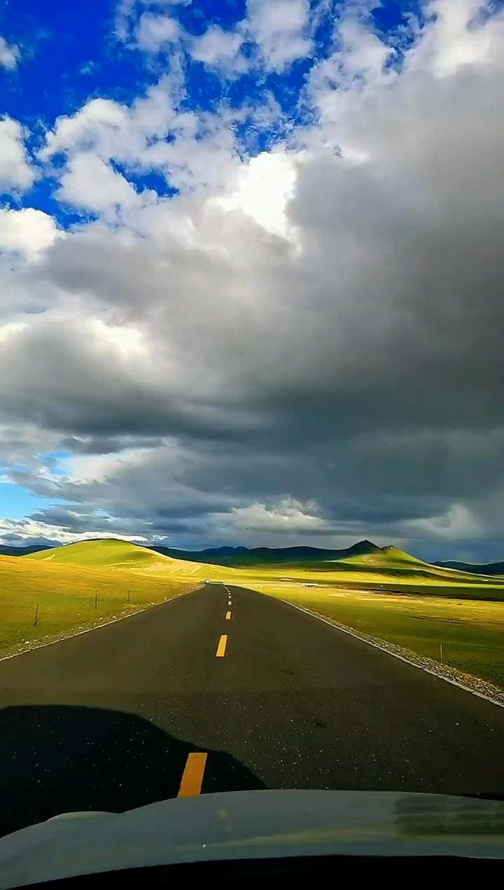 天很蓝,云很白,太阳东升西落,变化多端,看沿途风景路遇车牌,呼啸而过,不打一声招呼,风声渐远。沿途的风景总让人想起那些记忆深处的琐碎,喜欢在路上的感觉,喜欢满心欢喜奔向未知风景的冲动。生命好似旅途,风景无数心欣赏。趁我们都还年轻,多走几步路,多欣赏下沿途的风景,不要急于抵达目的地而错过了流年里温暖的人和物。 一路高德地图导航去对面景区,沿途风景很美,但没想到目的地什么也没有。他总会告诉她,他已经爱了她半生,不惧流年易逝,不惧时光匆匆,不惧错过沿途风景,不惧路上风风雨雨。